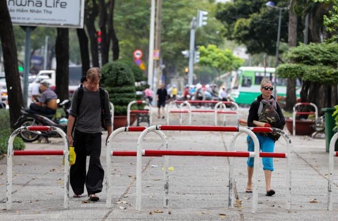 Đủ kiểu lắp barie ngăn xe máy lên vỉa hè Sài Gòn - ảnh 12