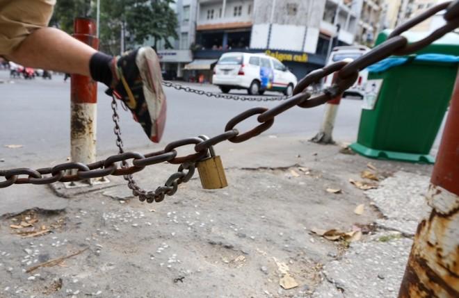 Đủ kiểu lắp barie ngăn xe máy lên vỉa hè Sài Gòn - ảnh 13