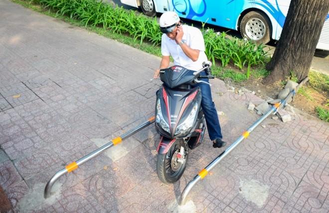 Đủ kiểu lắp barie ngăn xe máy lên vỉa hè Sài Gòn - ảnh 1