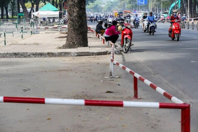 Đủ kiểu lắp barie ngăn xe máy lên vỉa hè Sài Gòn - ảnh 2