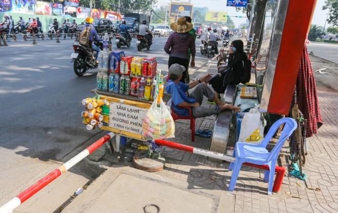 Đủ kiểu lắp barie ngăn xe máy lên vỉa hè Sài Gòn - ảnh 3