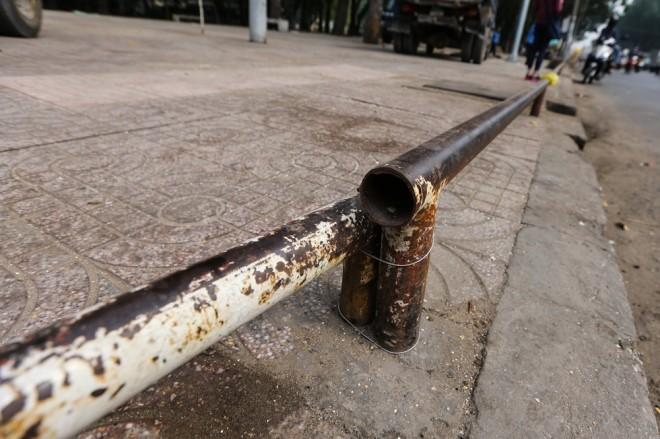 Đủ kiểu lắp barie ngăn xe máy lên vỉa hè Sài Gòn - ảnh 4