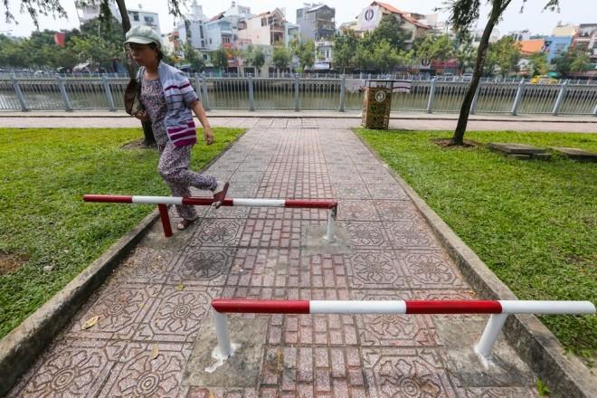 Đủ kiểu lắp barie ngăn xe máy lên vỉa hè Sài Gòn - ảnh 5