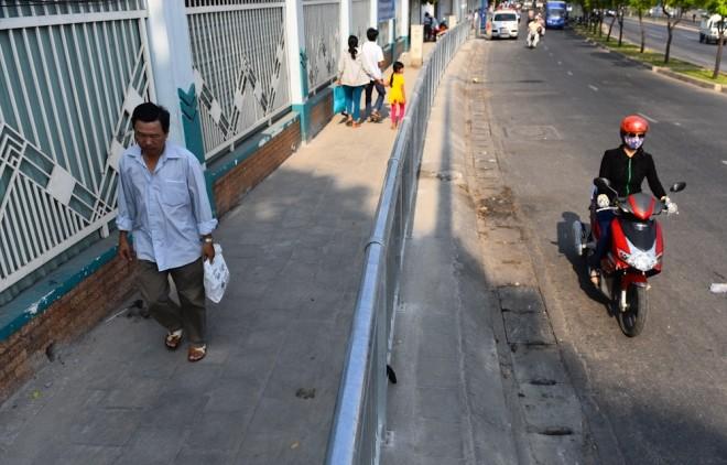Đủ kiểu lắp barie ngăn xe máy lên vỉa hè Sài Gòn - ảnh 6