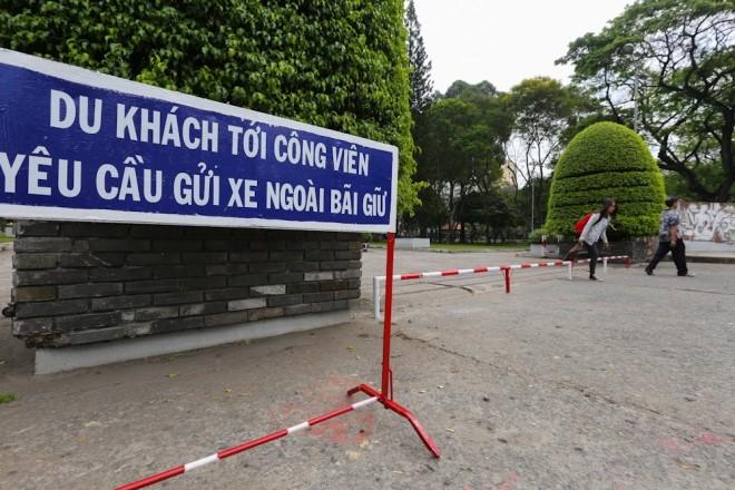 Đủ kiểu lắp barie ngăn xe máy lên vỉa hè Sài Gòn - ảnh 7