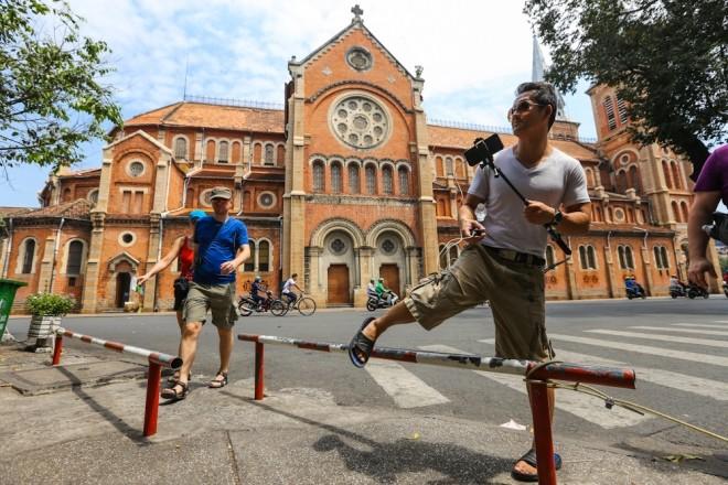 Đủ kiểu lắp barie ngăn xe máy lên vỉa hè Sài Gòn - ảnh 8