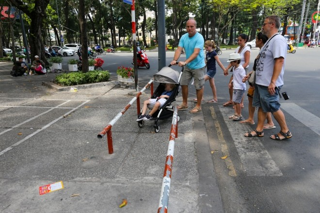 Đủ kiểu lắp barie ngăn xe máy lên vỉa hè Sài Gòn - ảnh 9