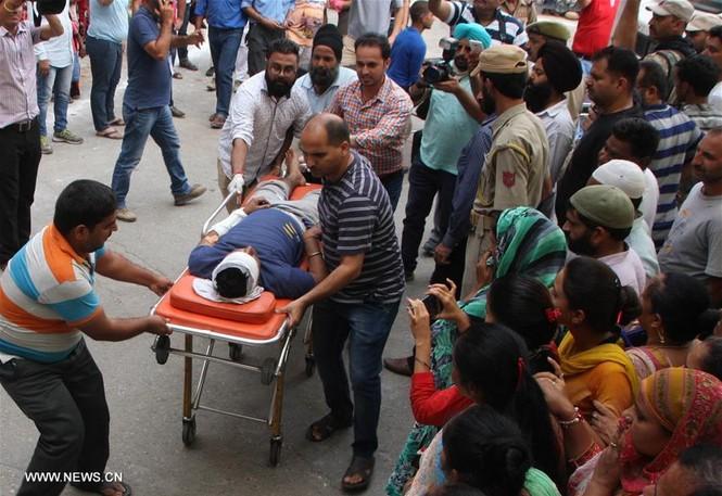 Xe buýt chệch đường rơi xuống hẻm núi, 43 người thương vong - ảnh 2