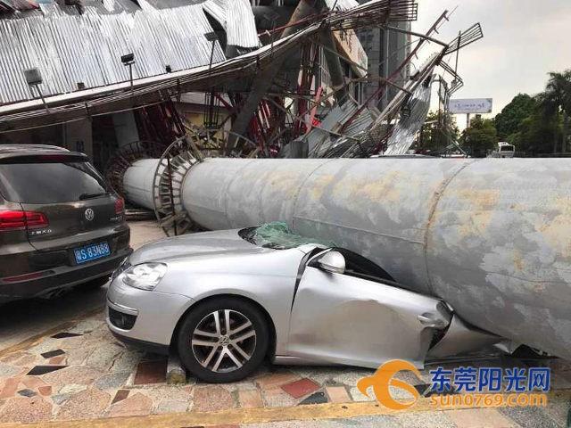 Cột quảng cáo khổng lồ 'bật gốc' trong lúc gió mạnh, nhiều ôtô bẹp dí - ảnh 4