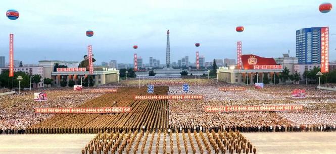 Người Triều Tiên váy hoa xúng xinh đổ ra đường mừng thử hạt nhân - ảnh 7