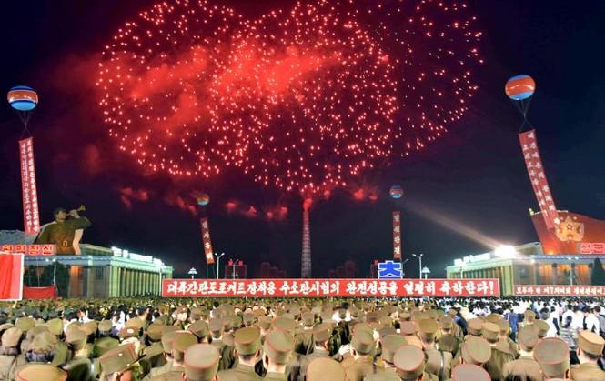 Người Triều Tiên váy hoa xúng xinh đổ ra đường mừng thử hạt nhân - ảnh 10