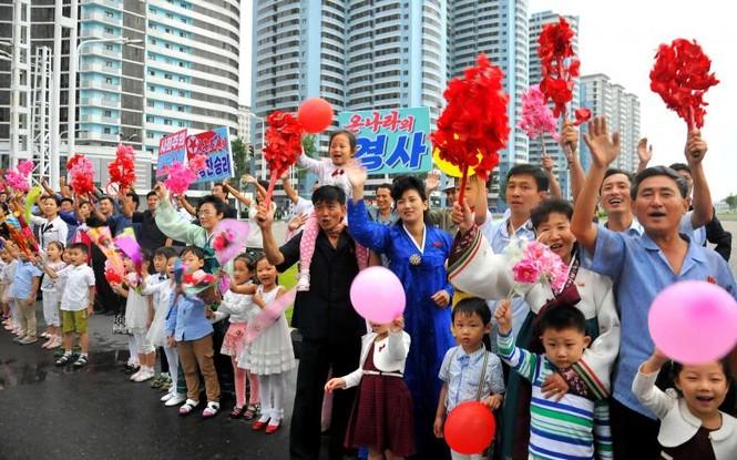 Người Triều Tiên váy hoa xúng xinh đổ ra đường mừng thử hạt nhân - ảnh 3