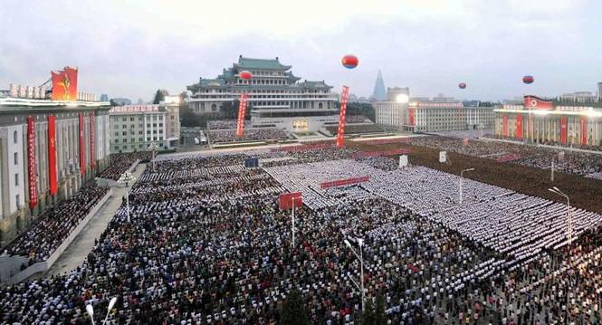 Người Triều Tiên váy hoa xúng xinh đổ ra đường mừng thử hạt nhân - ảnh 6