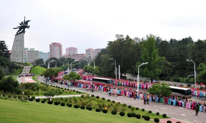 Người Triều Tiên váy hoa xúng xinh đổ ra đường mừng thử hạt nhân - ảnh 4