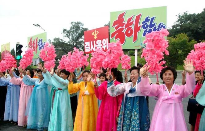 Người Triều Tiên váy hoa xúng xinh đổ ra đường mừng thử hạt nhân - ảnh 5