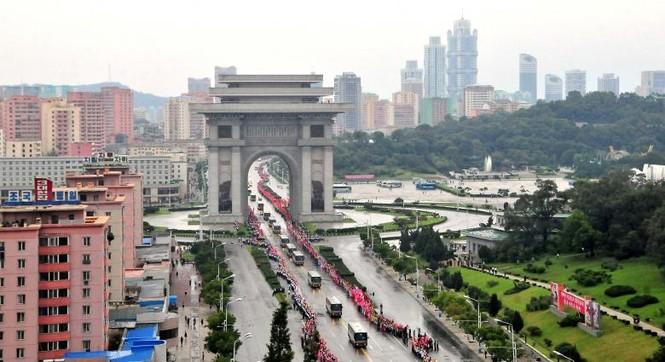 Người Triều Tiên váy hoa xúng xinh đổ ra đường mừng thử hạt nhân - ảnh 1