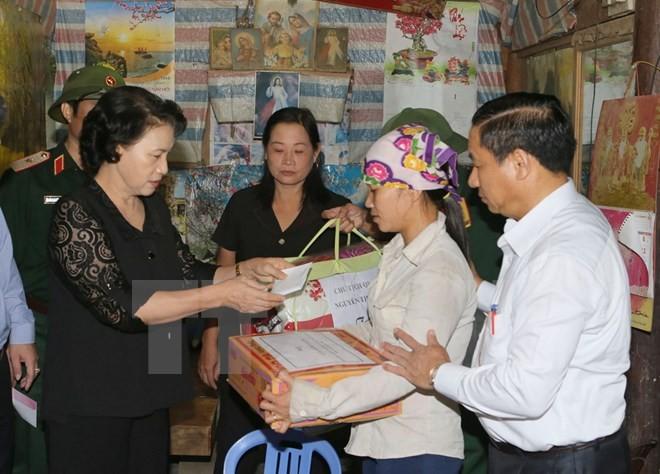 Chủ tịch Quốc hội lội nước tới thăm hỏi nhân dân vùng lũ Hà Tĩnh - ảnh 1