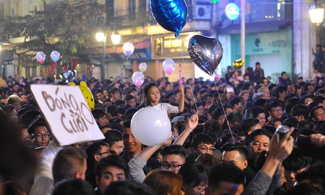 Hà Nội: 'Bóng cười' xuống phố đêm giao thừa  - ảnh 9