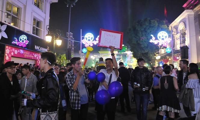 Hà Nội: 'Bóng cười' xuống phố đêm giao thừa  - ảnh 1