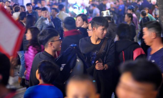 Hà Nội: 'Bóng cười' xuống phố đêm giao thừa  - ảnh 3