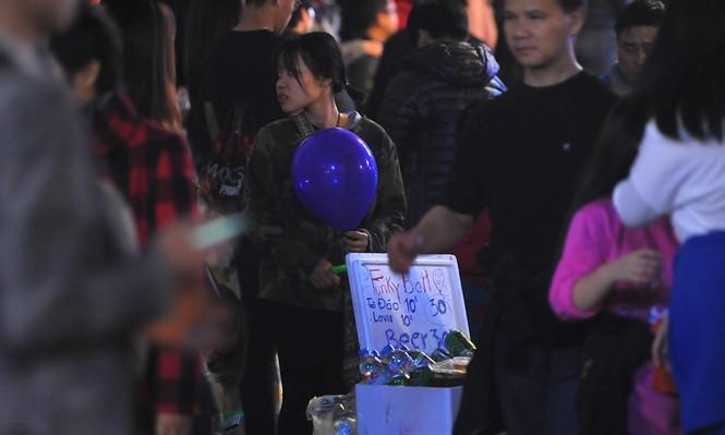 Hà Nội: 'Bóng cười' xuống phố đêm giao thừa  - ảnh 2