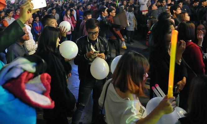 Hà Nội: 'Bóng cười' xuống phố đêm giao thừa  - ảnh 6